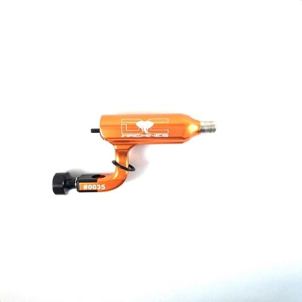 Máquina Rotativa com chassi moderno e inovador. Ideal para traço, pintura e sombreamento conta com um motor de 10.500rpm.Cursor de 3,8mm que a deixa muito mais versátil.Uma das máquinas mais potentes do mercado e pesando apenas 59 gramas.1 ano de